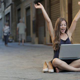 Chica turista comprando loteria por ordenador
